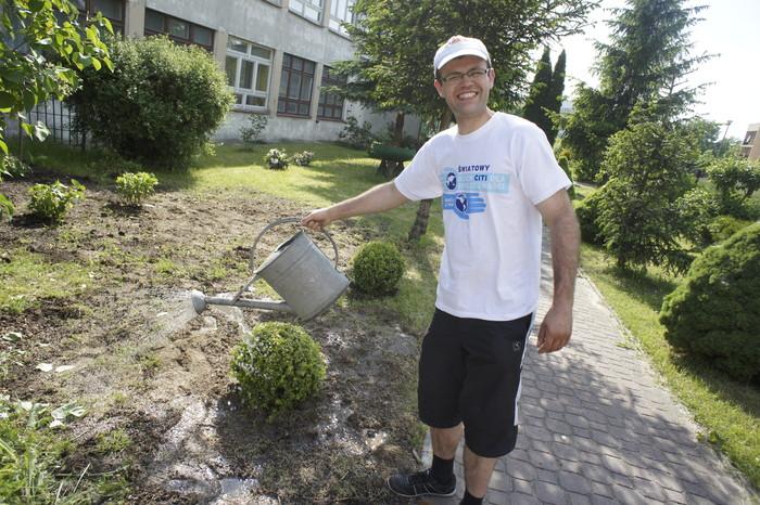 Wolontariusze pomagali w pielęgnacji ogrodu