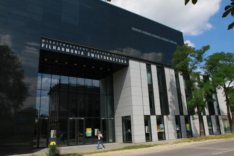 budynek filharmonii, widok na fasadę i wejście do obiektu