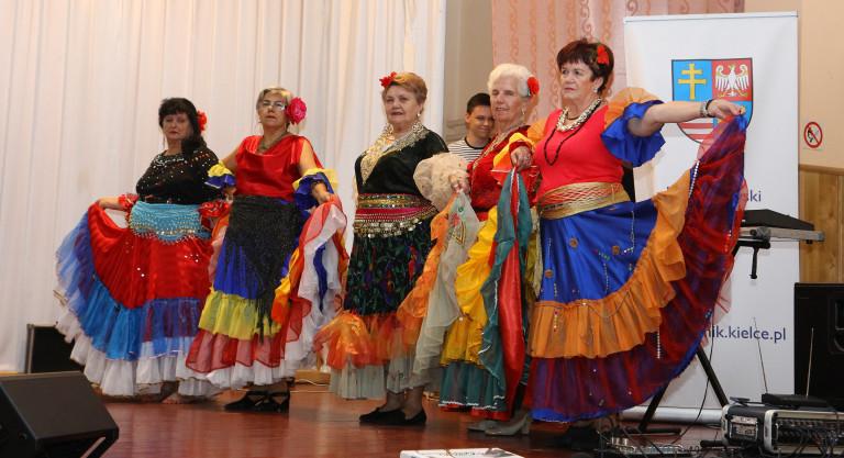 Roztańczeni i rozśpiewani seniorzy w Staszowie