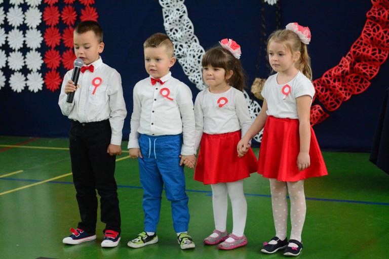 Uczniowie z Miedzierzy świętowali 100 lat Niepodległej