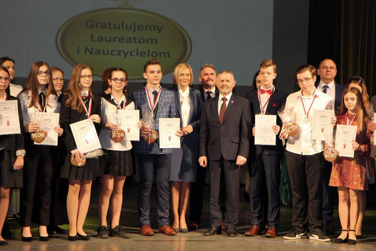 Medale i dyplomy dla laureatów konkursów przedmiotowych