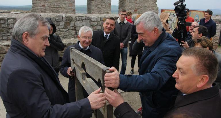 Wicepremier Piotr Gliński na Zamku Królewskim w Chęcinach. Zobacz Video
