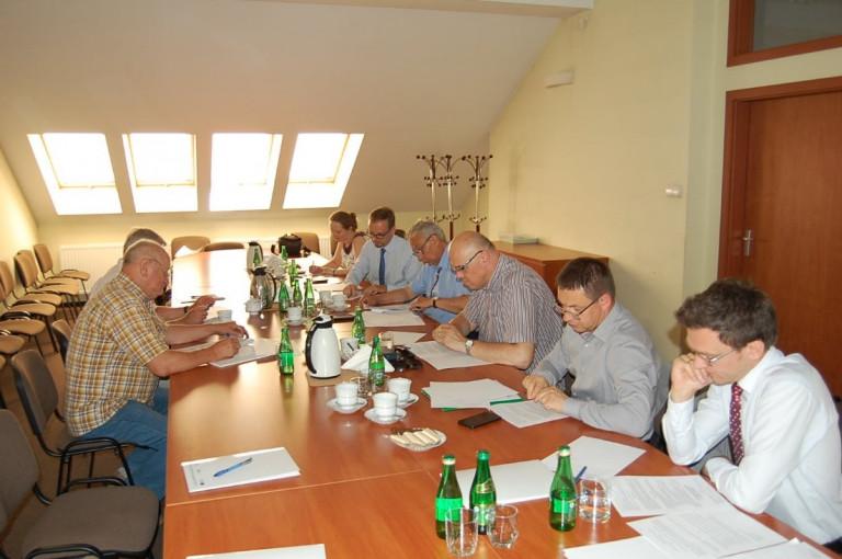 Członkowie Kapituły uważnie przeglądają dokumentację konkursu