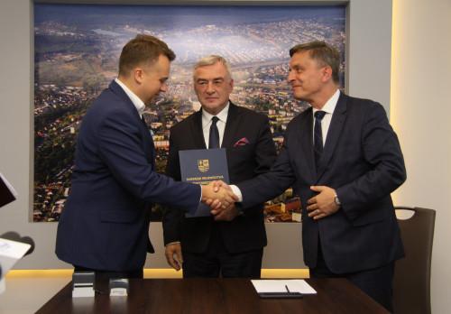 podpisanie umowy przez marszałka województwa Andrzeja Bętkowskiego i prezydenta Starachowic Marka Materka na termomodernizację budynków użyteczności publicznej