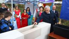 Uroczystosc wmurowania kamienia węgielnego pod Akademię Bajki w Pacanowie z udziałem marszałka Andrzeja Bętkowskiego