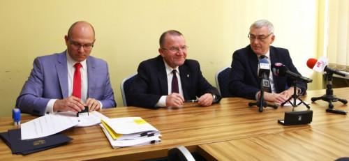 umowy na wsparcie modernizacji oddziałów ginekologiczno-położniczych w regionie, marszałek Andrzej Bętkowski i członek Zarządu Marek Bogusławski