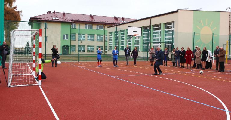 Szkoła w Lipniku ma nowe boisko i nowoczesną pracownię komputerową