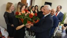 Członkowie Zarządu Marek Jońca i Mariusz Gosek wręczają kwiaty personelowi
