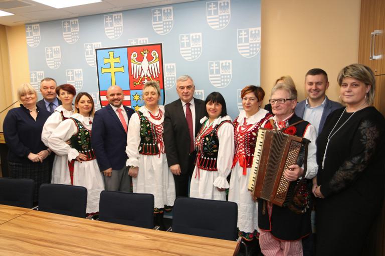Gospodynie z Drożejowic – finalistki konkursu na najlepszy produkt ekologiczny – z wizytą u marszałka