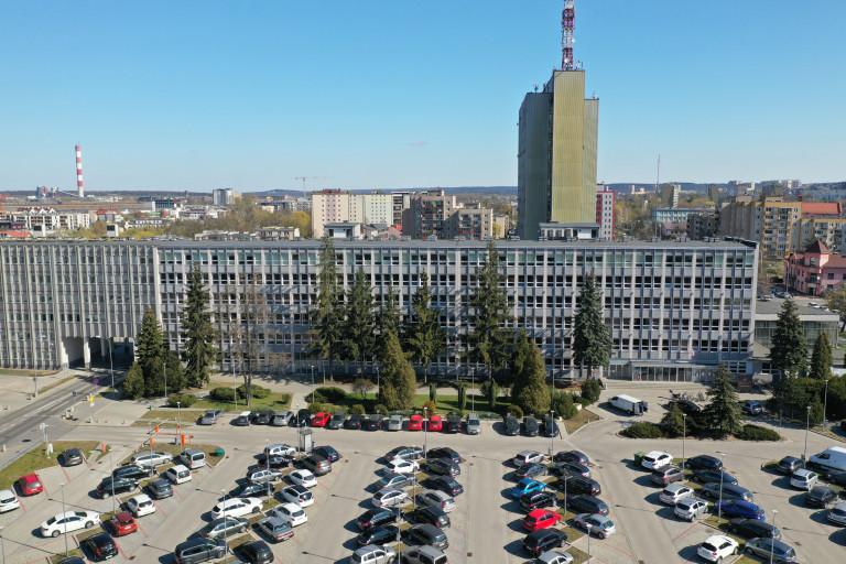 Siedziba Urzędu Marszałkowskiego Województwa Świętokrzyskiego przy alei dziewięciu wieków Kielc trzy. Ujęcie z lotu ptaka