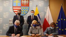 """Podpisanie umowy z Katolickim Stowarzyszeniem Niepełnosprawnych Świetlica """"Motylkowe Wzgórze"""" ze Starachowic reprezentowanym przez prezes Kingę Prostak"""