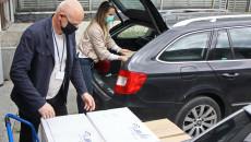 Pracownik pakujący pudełka ze sprzętem do samochodu