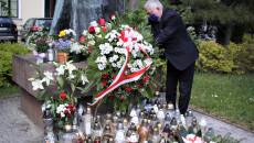 Marszałek składa kwiaty przed pomnikiem Jana Pawła II