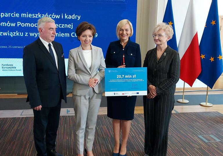 marszałek Andrzej Bętkowski i wicemarszałek Renata Janik podpisali umowy z Minister Rodziny, Pracy i Polityki Społecznej Marleną Maląg