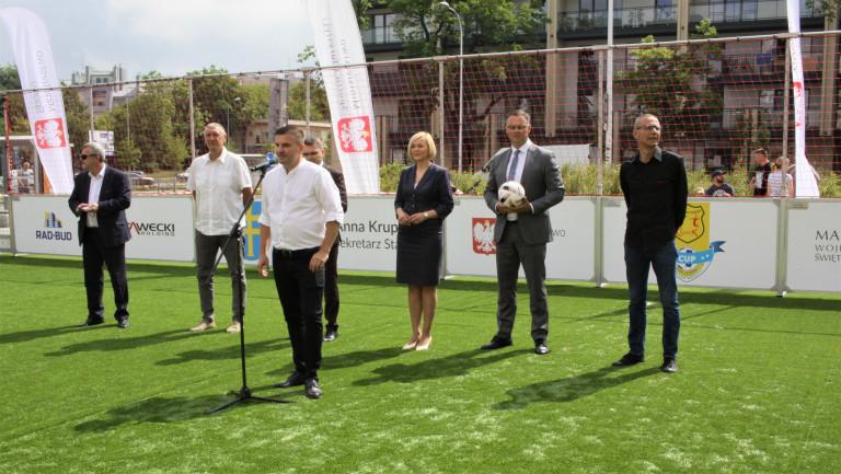 Piłkarska rywalizacja przed Wojewódzkim Domem Kultury w Kielcach