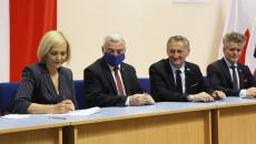 marszałek Andrzej Bętkowski, wicemarszałek Re nata Janik podpisują umowy z wojewodą Zbigniewem Koniuszem
