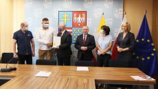Przedstawiciele samorządu Ożarowa i Zarządu Województwa po podpisaniu umowy