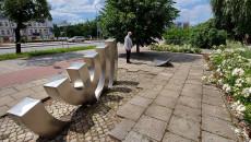 Pod Pomnikiem Menora w Kielcach marszałek Andrzej Bętkowski modli sięw rocznicę pogromu żydowskiego
