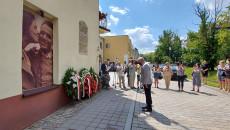 Rocznica Pogromu żydowskiego W Kielcach marszałek Andrzej Bętkowski składa kwiaty pod tablicą umieszczoną na kamienicy gdzie dokonano mordu na Żydach w 1946 roku