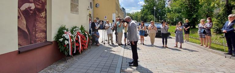 Rocznica Pogromu żydowskiego W Kielcach marszałek Andrzej Bętkowski składa hołd ofiarom mordu, składa wiążankękwiatów pod pamiątkową tablicą