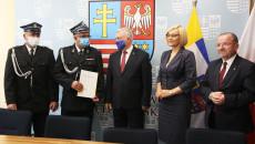 Druhowie Z Wiązownicy Dużej oraz marszałek i wicemarszałkowie po podpisaniu umowy