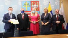 przedstawiciele samorządu Sitkówki Nowin oraz województwa świętokrzyskiego przekazują sobie umowy po ich podpisaniu