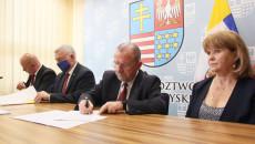 burmistrz STaszowa oraz marszałek województwa podpisują umowę