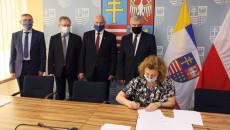 Uczestnicy Porozumienia O Współpracy Przy Stole Prezydialnym, Obok Flagi