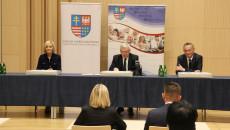 Renata Janik, Andrzej Bętkowski i Zbigniew Koniusz siedzą za stołem prezydialnym.