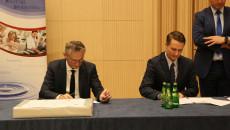 Wojewoda Zbigniew Koniusz i dyrektor Jacek Sambór podpisują umowę na dofinansowanie placówki w Kazimierzy Wielkiej.