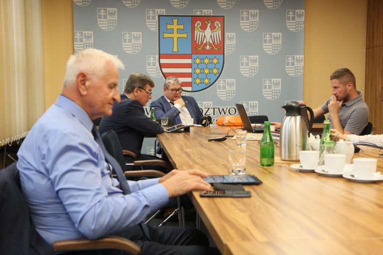 Uczestnicy posiedzenia komisji Samorządu Terytorianego Sejmiku Województwa Świętokrzyskiego