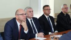 Marszałek Andrzej Bętkowski, Jacek Sułek, dyrektor Departamentu Inwestycji i Rozwoju oraz Sławomir Kopacz, wójt Bielin podczas konsultacji Strategii Wiojewództwa 2030+ w Bielinach