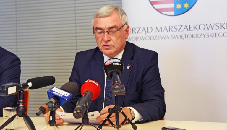 Marszałek Województwa Świętokrzyskiego Andrzej Bętkowski udziela wywiadu na konferencji prasowej