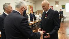 Wojewoda świętokrzyski Zbigniew Koniusz i marszałek województwa świętokrzyskiego Andrzej Bętkowski wręczają Krzyże Zasługi podczas sesji Rady Miejskiej w Bliżynie
