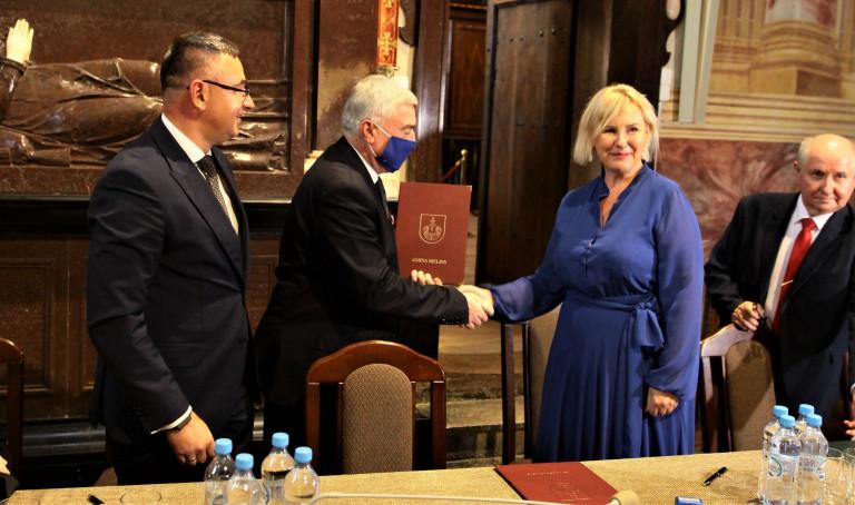 Marszałek Andrzej Bętkowski przekazuje umowę na rozbudowę Osady Średniowiecznej