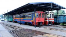 Wagony osobowe i towarowe na stacji w Jędzrzejowie