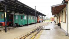Widok torowiska oraz wagonów osobowych i towarowych na stacji Świętokrzyskiej Kolejki Dojazdowej