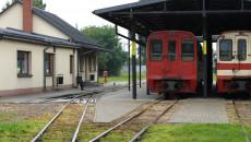 Widok dworca oraz wagonów osobowych na peronie stacji w Jędrzejowie