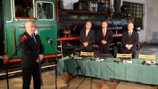 Marszałek Andrzej Bętkowski przemawia w zabytkowej wagonowni na stacji w Jędrzejowie