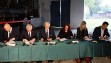 Wsp,ółudziałowcy Kolejki Wąskotorowej Ponidzie podpisują umowy na dofinansowanie rewitalizacji