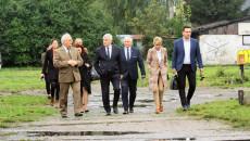 Współudziałowcy Kolejki Wąskotorowej Ponidzie zwiedzają teren stacji kolejki wąskotorowej w Jędrzejowie