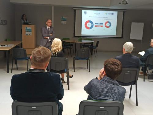 Jacek Sułek, Dyrektor Departamentu Inwestycji I Rozwoju Urzędu Marszałkowskiego Przemawia Do Zebranych W Sali.