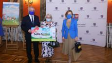 Babcia Laureatki Sofii Szwed Odbiera Nagrodę Za Zdobycie 1 Miejsca W Konkursie