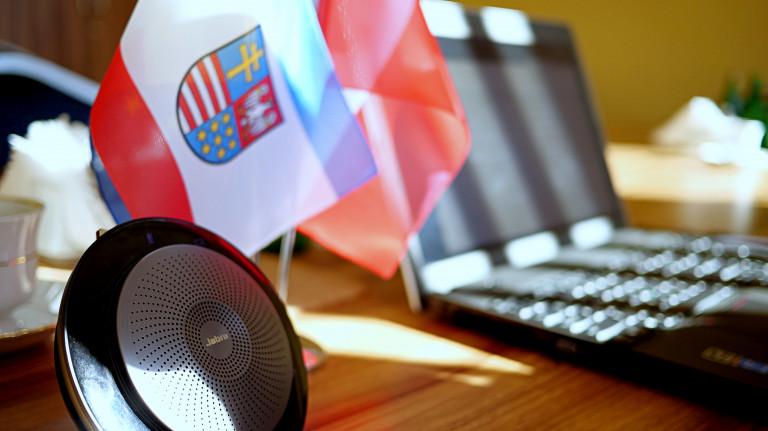 Laptop i flaga województwa świętokrzyskiego