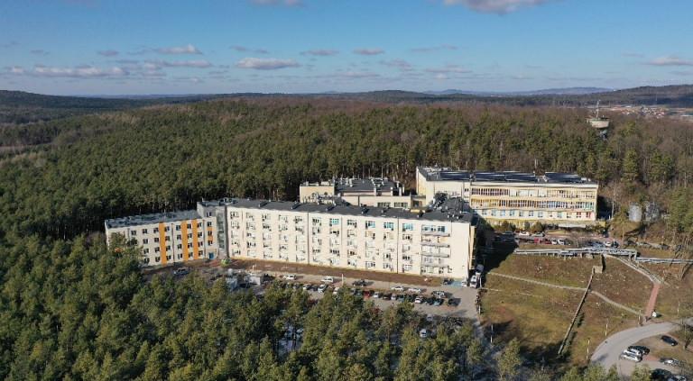 Budynki Szpitala w Czerwonej Górze, otoczone lasem. widok z drona