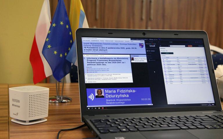 Laptop, na ekranie wyświetlony porządek Komisji Rolnictwa sejmiku Województwa Świętokrzyskiego, odbywającej się w trybie zdalnym