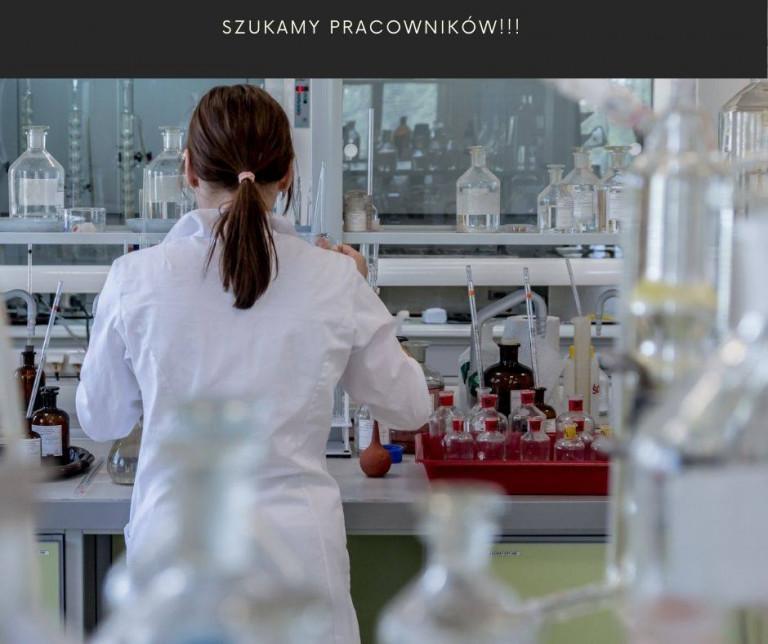 Pracownica Laboratorium Badająca Próbki I Napis Szukamy Pracowników