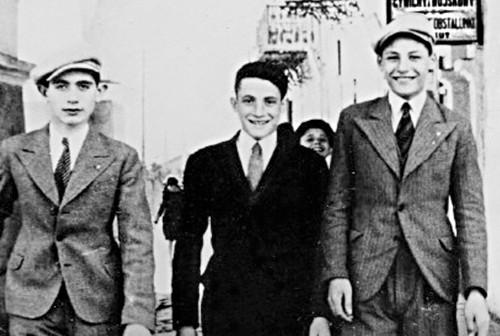 Archiwalne zdjęcie przedstawiające trzech żydowskich chłopców