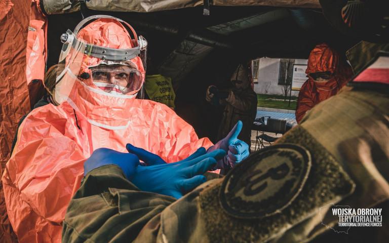 Przygotowanie Do Pracy W Kombinezonie Ochronnym W Szpitalu