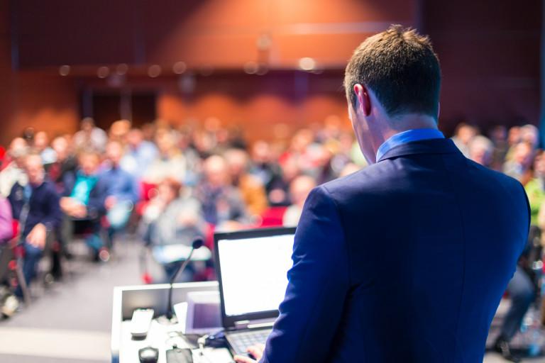 Uczestnicy konferencji słuchają wystąpienia prelegenta